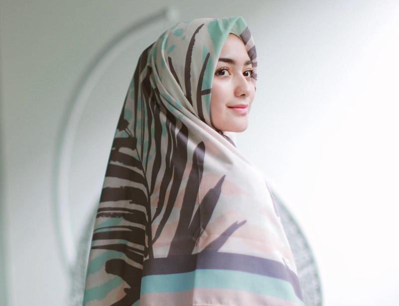 https: img.okeinfo.net content 2019 06 05 33 2063947 jemput-hidayah-4-selebriti-ini-putuskan-berhijab-di-2019-4RPKqCU6Uw.jpg