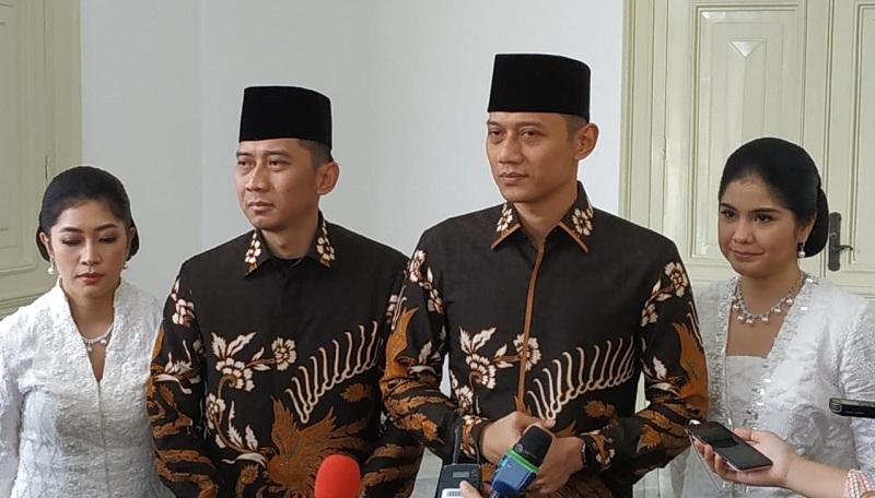 https: img.okeinfo.net content 2019 06 05 337 2063893 jokowi-sebut-ani-yudhoyono-flamboyan-ahy-kami-meneteskan-air-mata-tryVvYaaWk.jpg