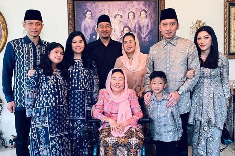 https: img.okeinfo.net content 2019 06 06 614 2064194 tanpa-kehadiran-ani-yudhoyono-yenny-wahid-kedatangan-keluarga-ahy-dan-ibas-m9EbplnUrZ.jpg