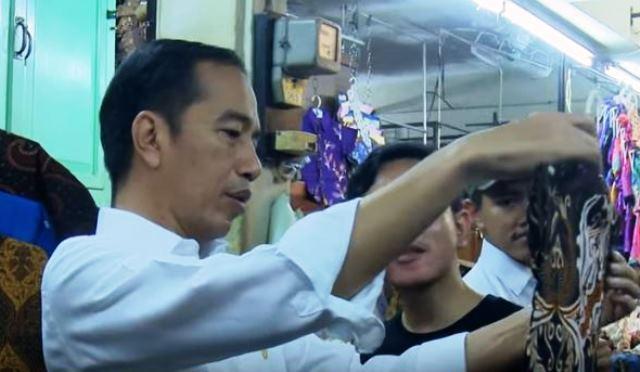 https: img.okeinfo.net content 2019 06 08 337 2064536 presiden-jokowi-ajak-keluarga-belanja-batik-di-pasar-beringharjo-dLqUMzaXKA.JPG