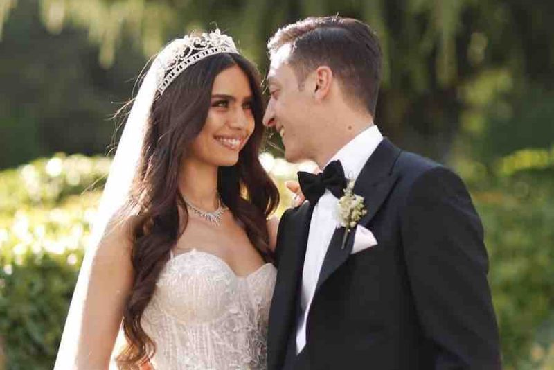 https: img.okeinfo.net content 2019 06 09 612 2064664 rayakan-pernikahan-mesut-ozil-biayai-operasi-1-000-anak-B0Yc5HTmpu.jpg