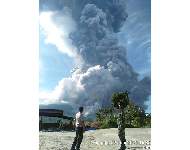 https: img.okeinfo.net content 2019 06 10 340 2064888 3-kecamatan-di-karo-terdampak-abu-vulkanik-gunung-sinabung-T6glZ5iUpQ.jpg