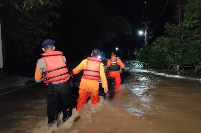 https: img.okeinfo.net content 2019 06 10 340 2064892 300-warga-dievakuasi-imbas-banjir-rendam-soppeng-QHJpRfNudR.jpg