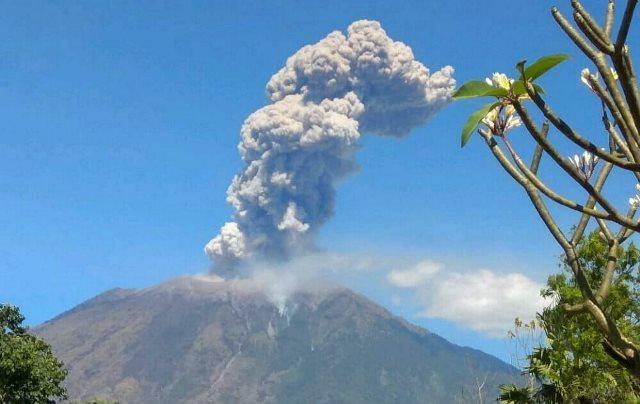 https: img.okeinfo.net content 2019 06 10 340 2064920 gunung-agung-erupsi-ketinggian-kolom-abu-capai-1-000-meter-uegDfbvfQN.jpg
