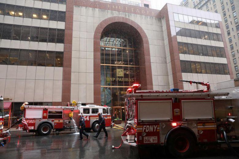 https: img.okeinfo.net content 2019 06 11 18 2065229 helikopter-jatuh-hantam-gedung-di-tengah-kota-new-york-tewaskan-satu-orang-2ap7MHNb99.jpg