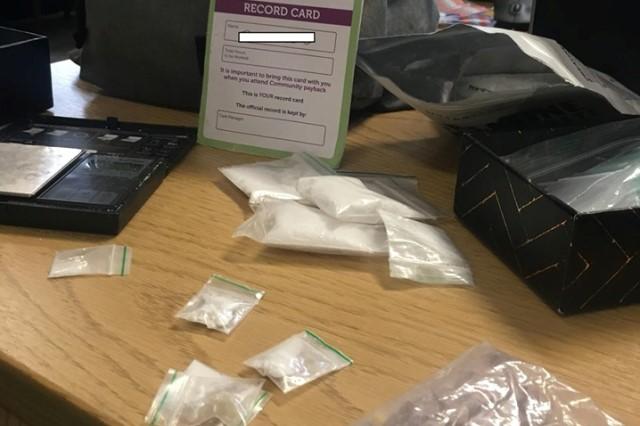 https: img.okeinfo.net content 2019 06 11 18 2065359 ingin-kembalikan-tas-berisi-narkoba-ke-pemilik-polisi-posting-foto-di-facebook-yHBl7oUbHX.jpg