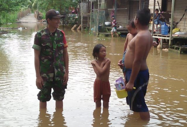 https: img.okeinfo.net content 2019 06 11 340 2065133 kodim-sampit-siagakan-bantuan-bagi-korban-banjir-QBrp4sg6RM.jpg