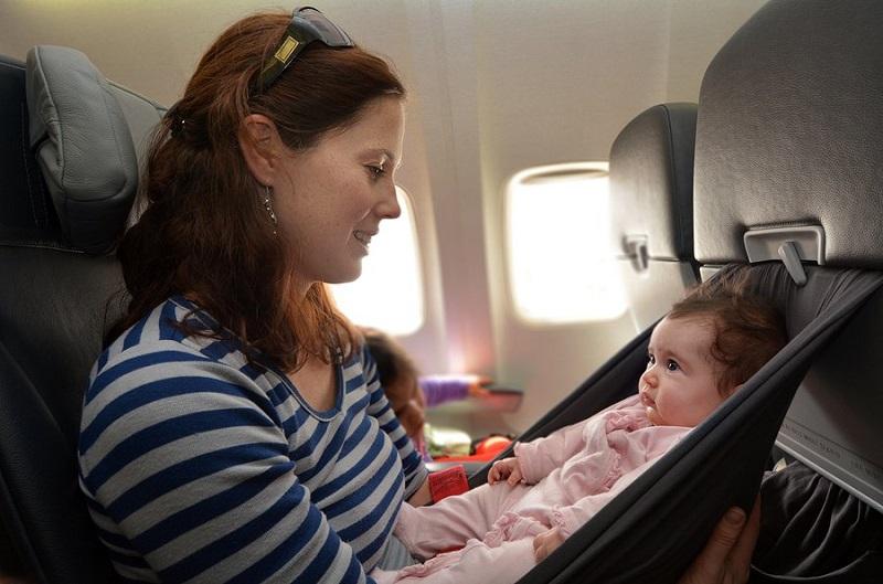 https: img.okeinfo.net content 2019 06 11 406 2065171 5-cara-mencegah-bayi-menangis-di-pesawat-Q0Y9WlidI4.jpg
