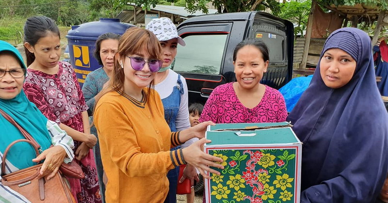 https: img.okeinfo.net content 2019 06 12 33 2065852 ghea-michieo-manfaatkan-pulang-kampung-dengan-berbagi-bersama-korban-banjir-dZPXXWQekK.jpg