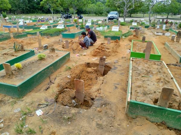 https: img.okeinfo.net content 2019 06 13 340 2066248 belasan-kuburan-di-tpu-di-pekanbaru-amblas-ini-penyebabnya-DBoyO719SQ.jpg