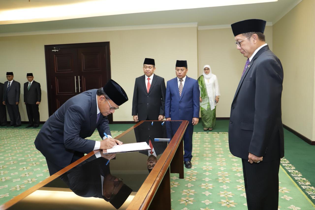 https: img.okeinfo.net content 2019 06 13 65 2066159 menag-lantik-komaruddin-hidayat-jadi-rektor-universitas-islam-internasional-indonesia-vy5rfCaYvD.jpg