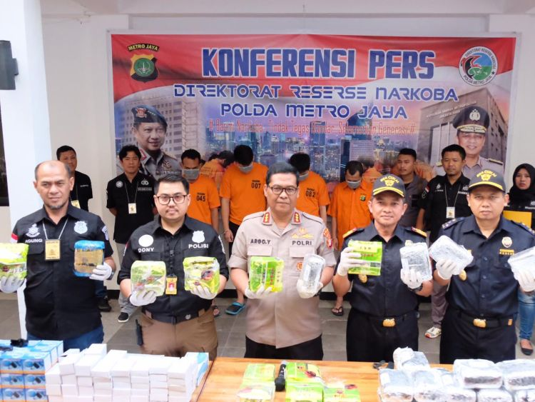 https: img.okeinfo.net content 2019 06 14 1 2066293 bea-cukai-polri-gagalkan-penyelundupan-31-kg-methamphetamine-asal-malaysia-qsSiDC1VCq.jpg