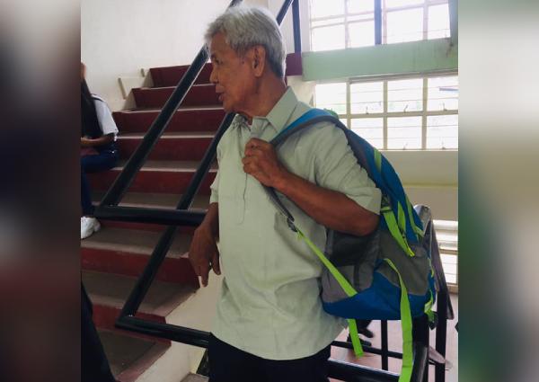 https: img.okeinfo.net content 2019 06 14 18 2066607 foto-mahasiswa-berusia-75-tahun-di-filipina-jadi-viral-warganet-berikan-dukungan-Z7Bzn10fh9.jpg