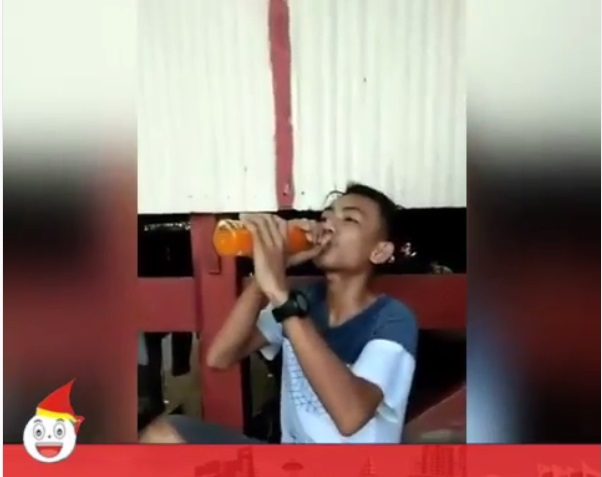 https: img.okeinfo.net content 2019 06 14 612 2066453 demi-rp100-ribu-remaja-ini-rela-minum-satu-botol-sirup-tanpa-air-uJvv3HJrLx.jpg