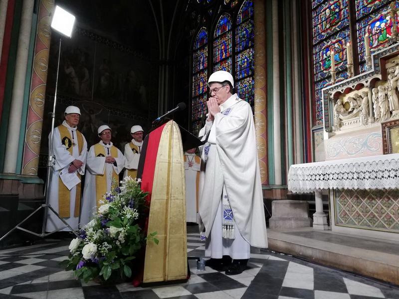 https: img.okeinfo.net content 2019 06 16 18 2067019 jemaat-hadiri-misa-di-katedral-notre-dame-dengan-mengenakan-helm-flcTCBB0Xp.jpg