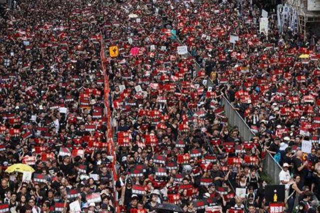 https: img.okeinfo.net content 2019 06 16 18 2067074 berpakaian-hitam-puluhan-ribu-demonstran-tuntut-pemimpin-eksekutif-hong-kong-mundur-LBFCgEVA6T.jpg