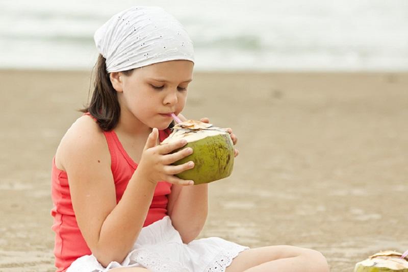 https: img.okeinfo.net content 2019 06 16 481 2067120 hati-hati-kebanyakan-minum-air-kelapa-bisa-bikin-kanker-perut-loh-2lgtLNVMxH.jpg
