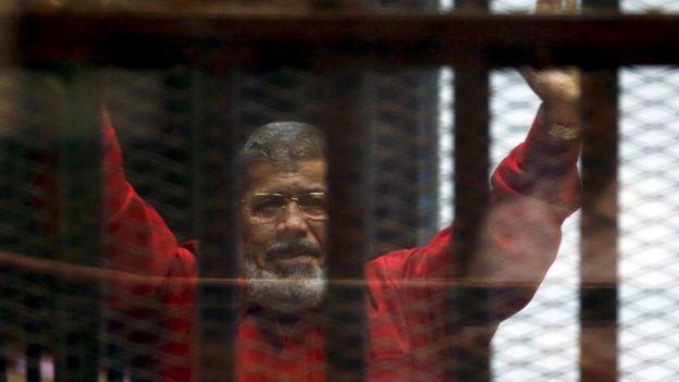 https: img.okeinfo.net content 2019 06 18 18 2067638 mantan-presiden-mesir-mohamed-morsi-meninggal-dunia-setelah-pingsan-di-ruang-sidang-mHr8MiEWjL.jpg