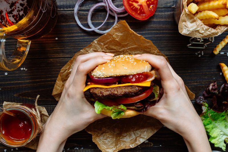 https: img.okeinfo.net content 2019 06 18 298 2067781 viral-burger-berlapis-emas-seperti-apa-rasanya-IYBxWIv0jP.jpg