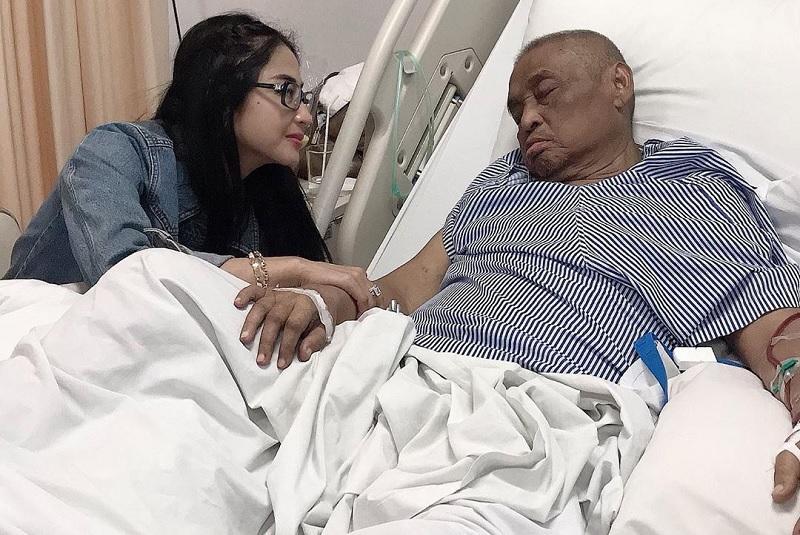 https: img.okeinfo.net content 2019 06 19 33 2068249 dewi-perssik-ungkap-penyesalan-terbesar-pasca-ayahnya-meninggal-nm6hfDp5vi.jpg