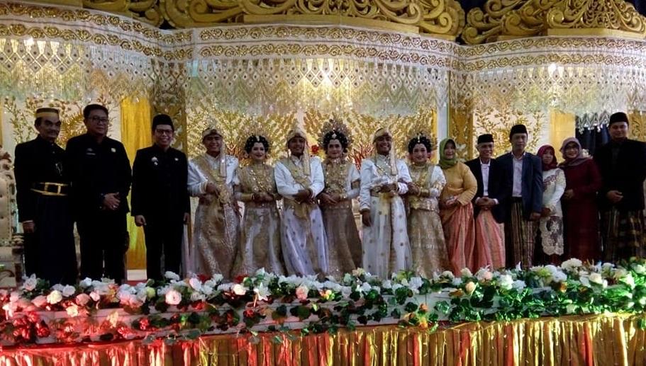 https: img.okeinfo.net content 2019 06 20 196 2068847 viral-3-pria-kembar-nikah-bareng-di-bulukumba-ReNMpnfEBU.jpg