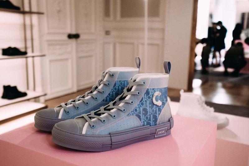 https: img.okeinfo.net content 2019 06 24 611 2070366 dior-luncurkan-sneakers-transparan-keren-atau-jelek-jSWoXBDXcS.jpg