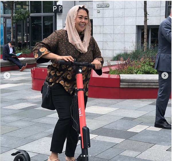 https: img.okeinfo.net content 2019 06 24 612 2070209 main-scooter-elektrik-yenny-wahid-pamer-bibir-jontor-usai-nyungsep-ydIUuxNEgr.jpg