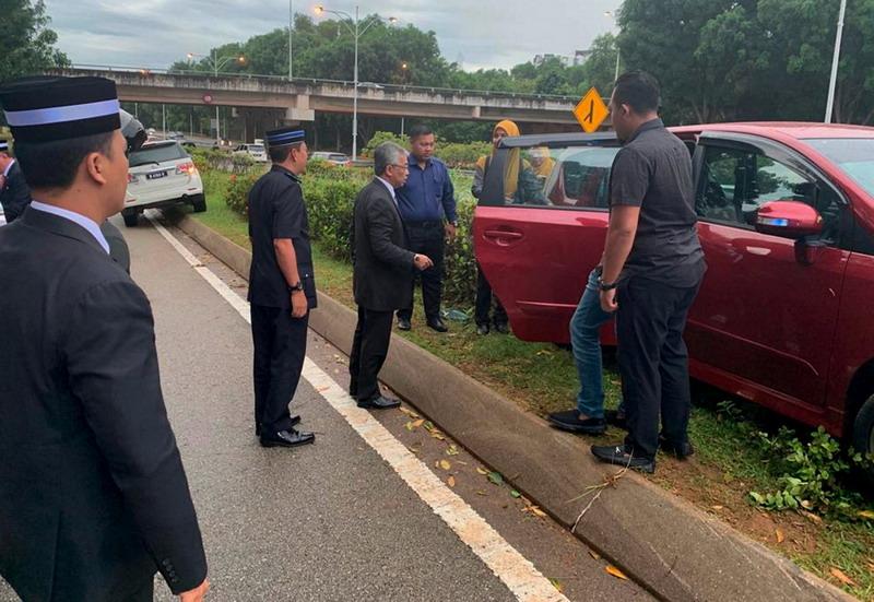 https: img.okeinfo.net content 2019 06 26 18 2071168 turun-dari-mobil-untuk-bantu-korban-kecelakaan-raja-malaysia-buat-heboh-publik-QN6T4sJnI1.jpg
