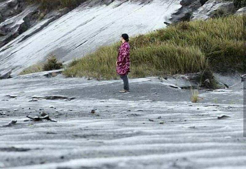 Fenomena Salju Puluhan Ribu Wisatawan Serbu Gunung Bromo
