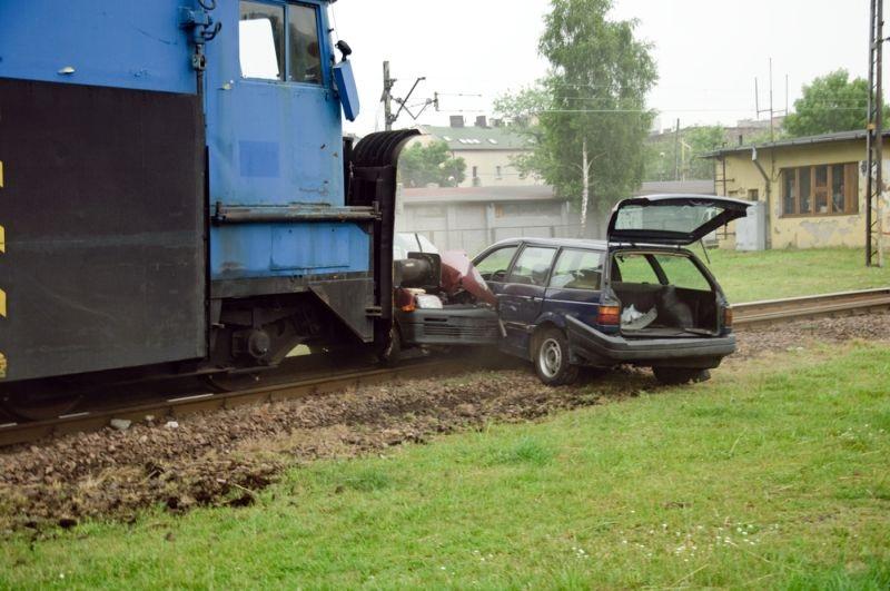 https: img.okeinfo.net content 2019 06 29 525 2072682 kronologi-mobil-tertabrak-kereta-api-di-indramayu-yang-menewaskan-8-orang-TjFOE7VYEC.jpg