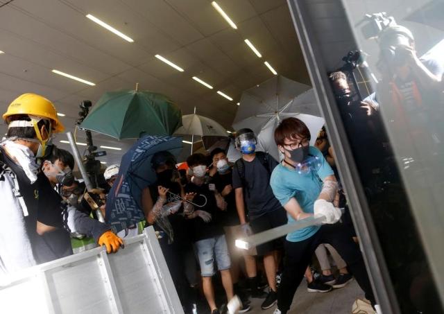 https: img.okeinfo.net content 2019 07 02 18 2073544 polisi-usir-demonstran-yang-paksa-masuk-ke-gedung-parlemen-hong-kong-A3oPIvMxSw.jpg