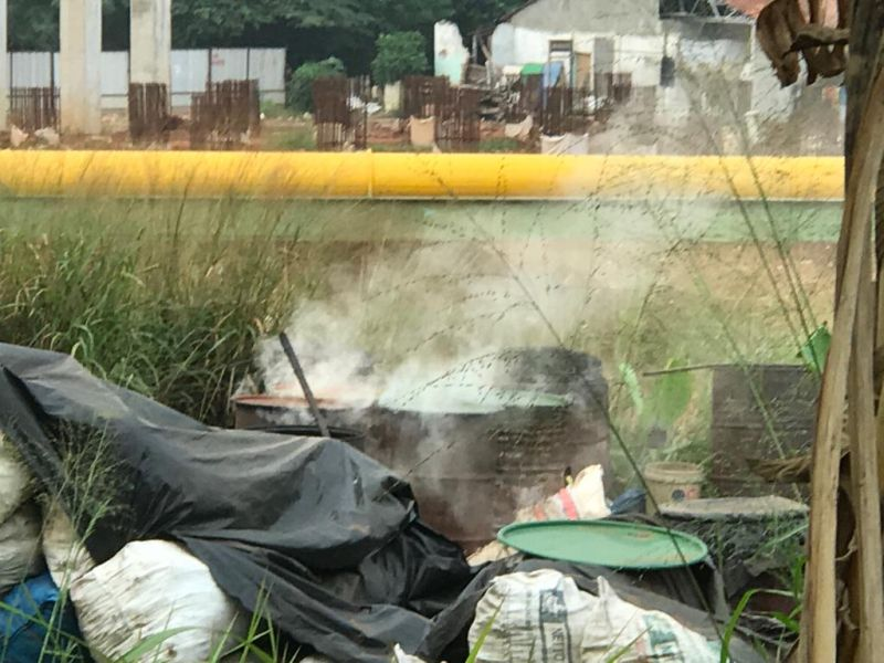 https: img.okeinfo.net content 2019 07 02 338 2073572 polusi-asap-pembuatan-arang-batok-di-krukut-depok-ganggu-pernafasan-warga-mpyta7V087.jpg