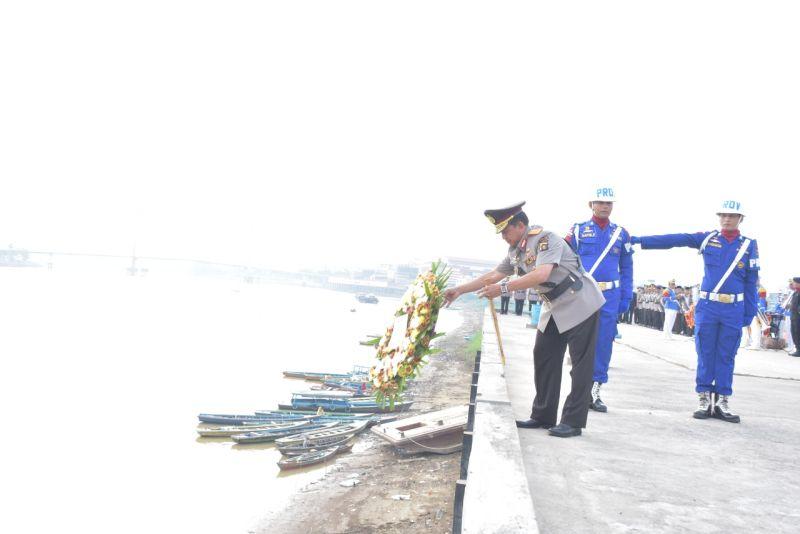 https: img.okeinfo.net content 2019 07 02 340 2073540 hut-ke-73-bhayangkara-polda-jambi-tabur-bunga-di-sungai-batanghari-JnLzZlQiYO.jpg