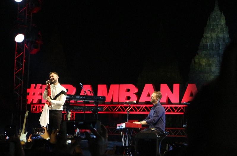 https: img.okeinfo.net content 2019 07 06 205 2075329 tutup-hari-1-prambanan-jazz-festival-calum-scott-bawa-bendera-merah-putih-xk6CHYw8ty.jpg
