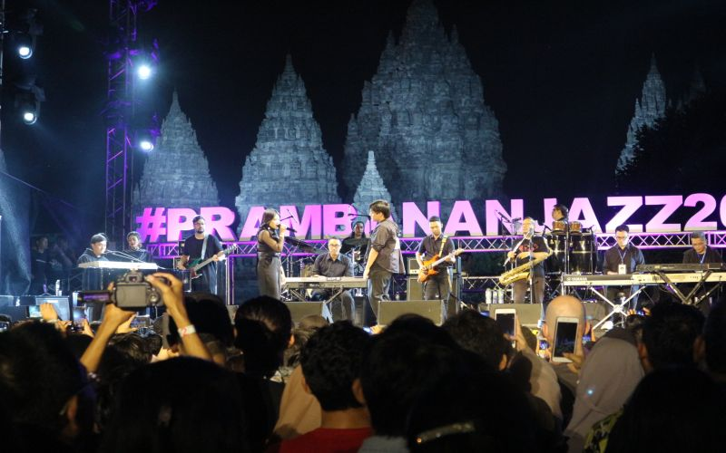 https: img.okeinfo.net content 2019 07 07 205 2075679 yovie-his-friends-hadirkan-keromantisan-di-prambanan-jazz-festival-QP56RPBcFA.jpg