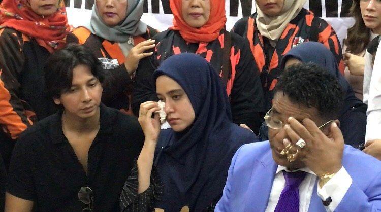 https: img.okeinfo.net content 2019 07 08 33 2076207 komnas-perempuan-dukung-langkah-fairuz-a-rafiq-polisikan-galih-ginanjar-rnNzavW76H.jpg