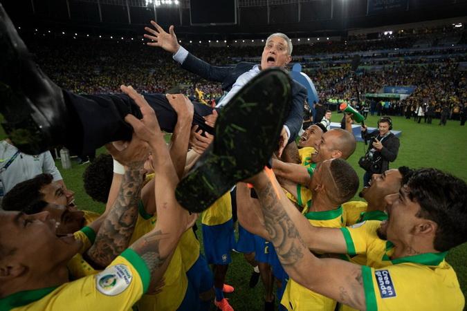 https: img.okeinfo.net content 2019 07 08 51 2075917 brasil-juara-copa-america-2019-alves-tite-kapten-kami-RRgVG9on7F.jpg