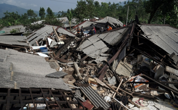 https: img.okeinfo.net content 2019 07 10 337 2077014 bnpb-akan-ekspedisi-584-desa-rawan-gempa-dan-tsunami-di-selatan-jawa-H8HJBbtsvW.jpeg