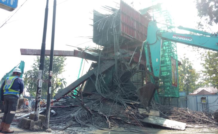 https: img.okeinfo.net content 2019 07 10 338 2076932 2-pekerja-terluka-akibat-ambruknya-coran-tol-borr-iNJQP5hMzl.JPG
