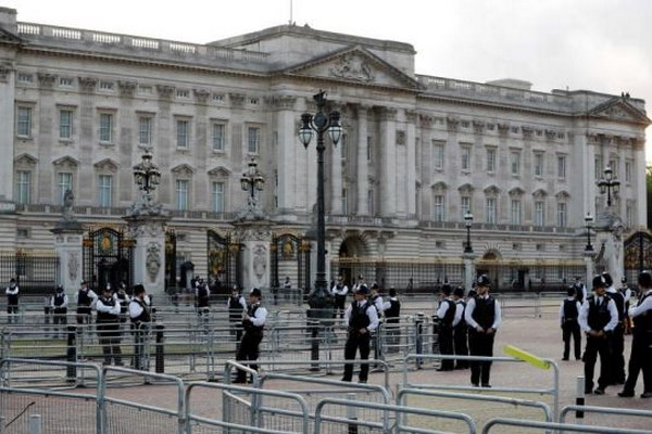 https: img.okeinfo.net content 2019 07 11 18 2077691 seorang-pria-ditahan-setelah-panjat-gerbang-istana-buckingham-ActPm3OEst.jpg