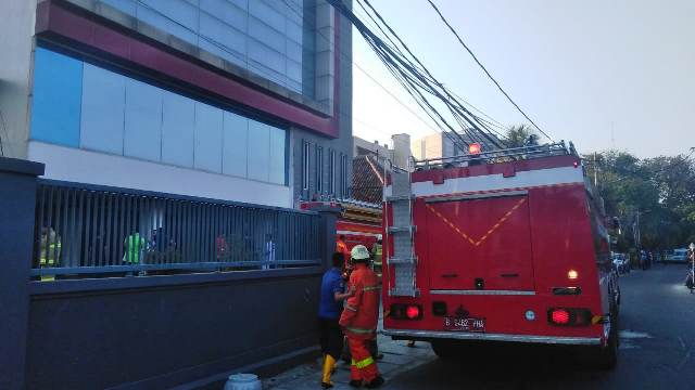 https: img.okeinfo.net content 2019 07 11 338 2077396 kebakaran-lantai-5-gedung-di-cideng-jakpus-berhasil-dipadamkan-YcfPL14lgG.jpg