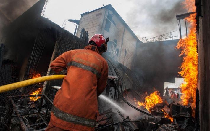 https: img.okeinfo.net content 2019 07 11 338 2077397 setelah-1-jam-kebakaran-gedung-di-cideng-akhirnya-padam-8WJPLCDp6c.JPG