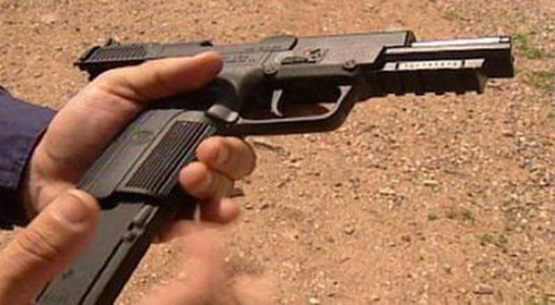 https: img.okeinfo.net content 2019 07 12 18 2078153 pria-di-india-ajarkan-bocah-3-tahun-mengisi-peluru-pistol-dalam-sebuah-video-viral-41f7kbvrra.jpg