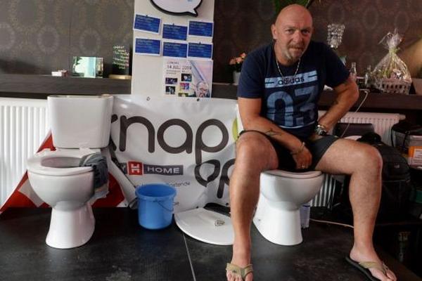 https: img.okeinfo.net content 2019 07 13 18 2078439 pria-belgia-duduk-di-toilet-selama-lebih-dari-lima-hari-demi-pecahkan-rekor-dunia-U8OmYZFdbn.jpg