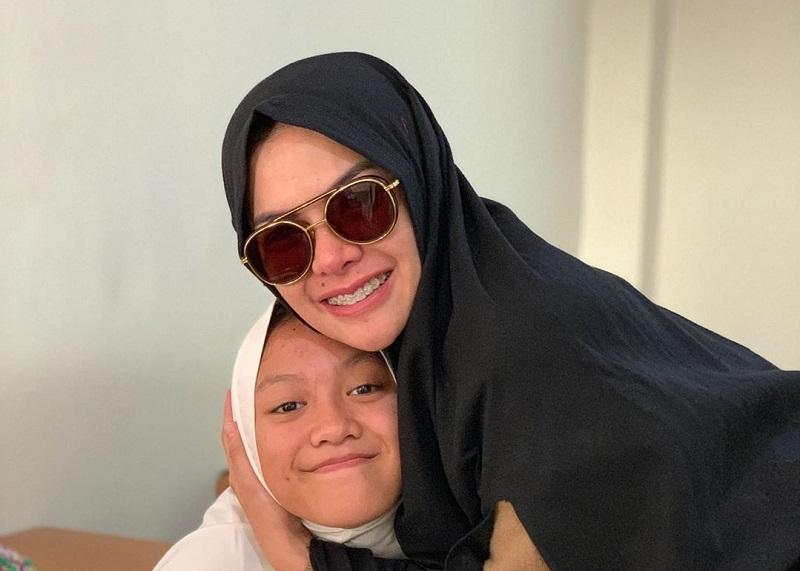 https: img.okeinfo.net content 2019 07 15 33 2078972 antar-anak-ke-sekolah-islam-nikita-mirzani-kenakan-hijab-syar-i-AOrxj0L6Ol.jpg