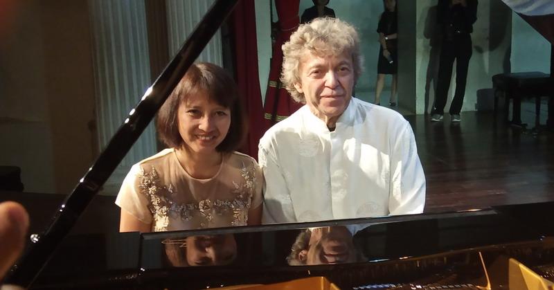 https: img.okeinfo.net content 2019 07 17 205 2080298 pianis-internasional-pascal-roge-sukses-kawinkan-musik-klasik-dan-tradisional-jawa-esAVFHS5oM.jpg