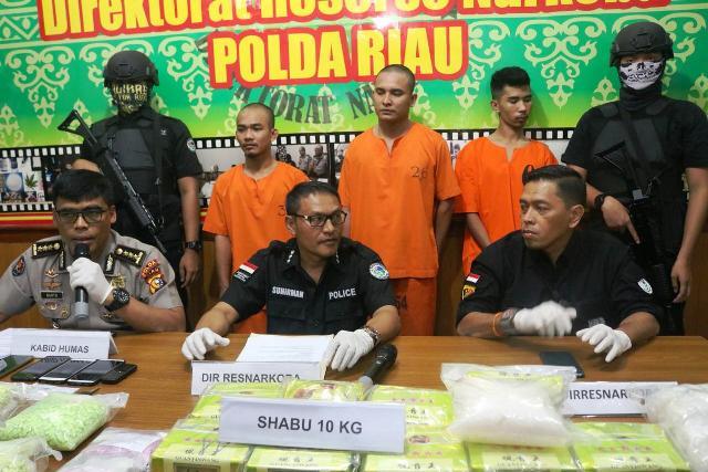 https: img.okeinfo.net content 2019 07 17 340 2080283 polisi-gagalkan-penyelundupan-sabu-10-kg-asal-malaysia-fpoDfrsR5K.jpg