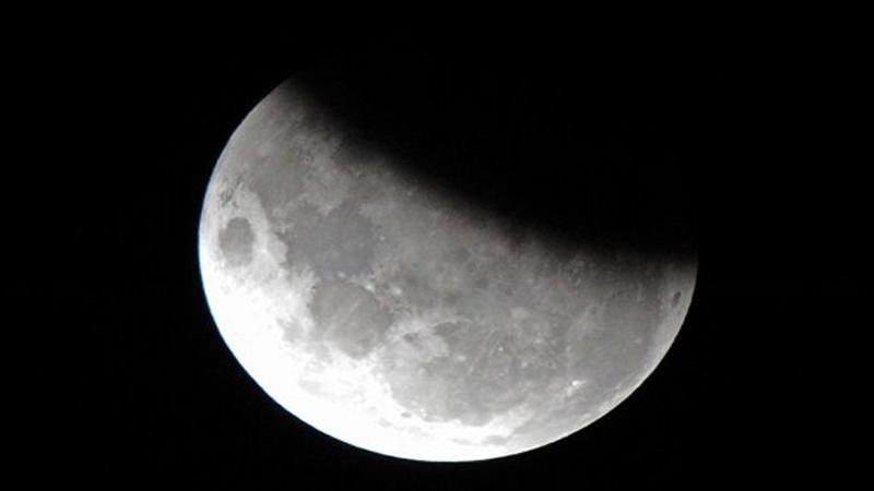 https: img.okeinfo.net content 2019 07 17 56 2079890 intip-foto-gerhana-bulan-sebagian-hasil-tangkapan-netizen-fPrTfs1Dv0.jpg