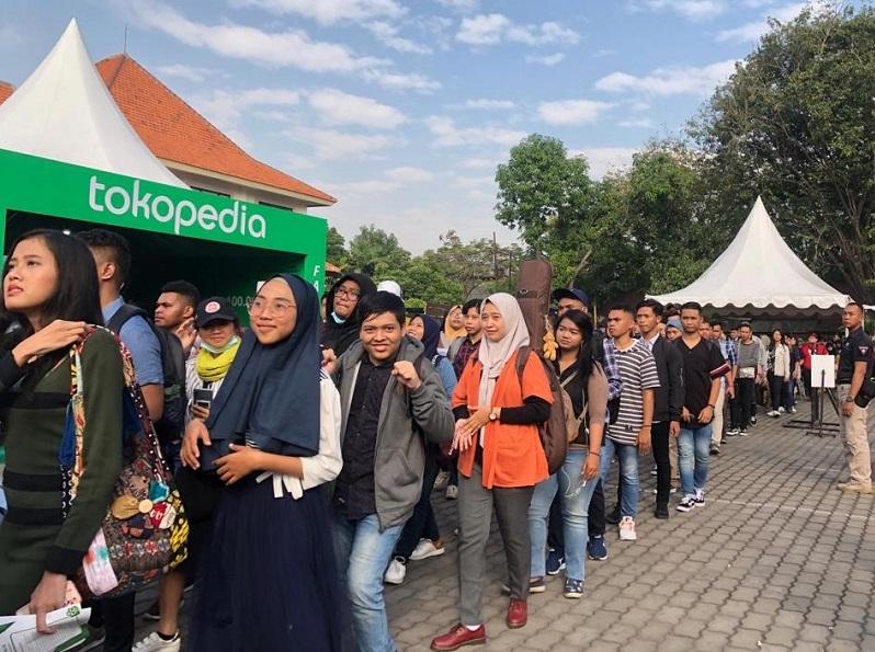 https: img.okeinfo.net content 2019 07 21 205 2081764 audisi-indonesian-idol-x-di-surabaya-disesaki-3-000-peserta-S7OAepXy3s.jpg