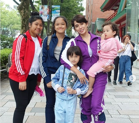 https: img.okeinfo.net content 2019 07 22 194 2082204 gaya-kompak-ussy-sulistiawaty-dan-4-anak-perempuannya-liburan-di-jepang-Yo6gDAJsXA.jpg